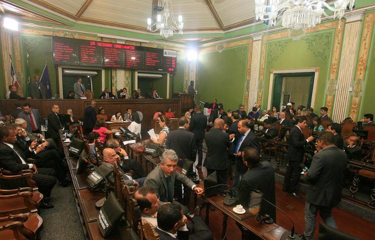 Os vereadores aprovaram o polêmico reajuste na última sessão do ano, marcada por tensão e muitos debates - Foto: Mila Cordeiro l Ag. A TARDE l 13.12.2016