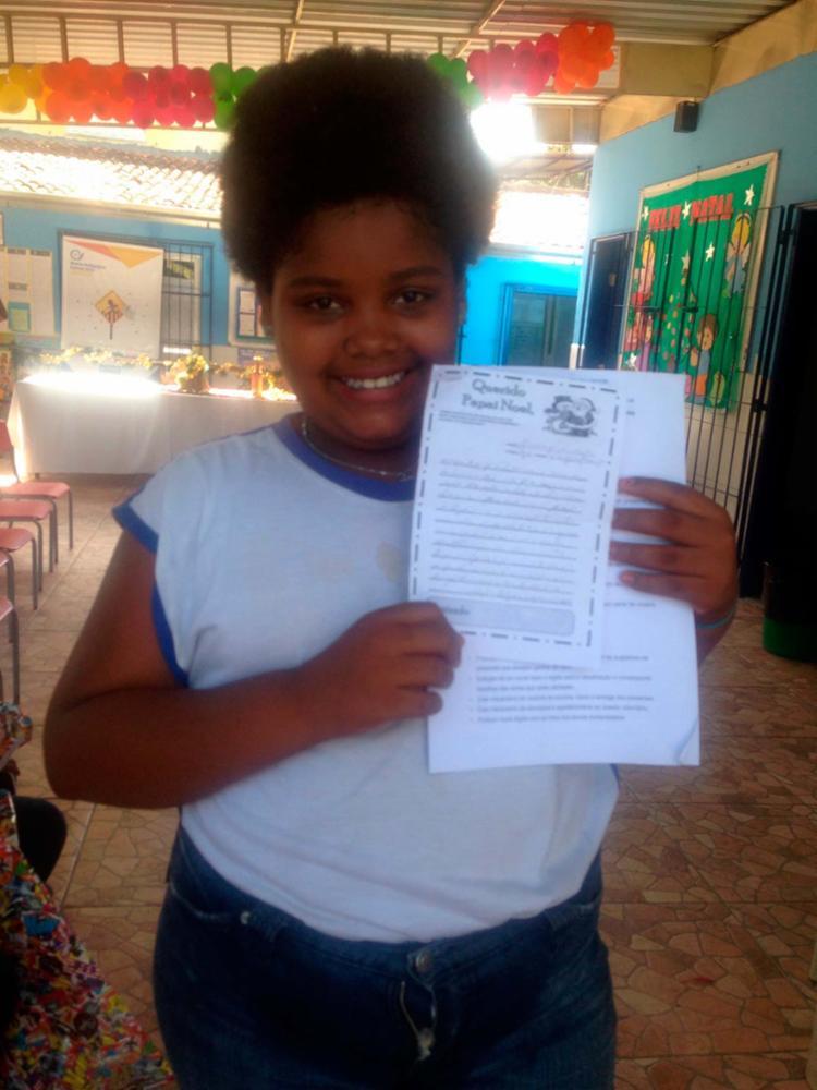 Estudante viu na cartinha a chance de melhorar a vida da família - Foto: Monica Melo   Ag. A TARDE