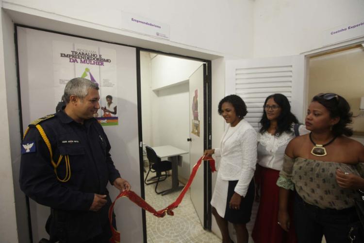 Foi inaugurado nesta segunda, 19, um infocentro para cursos de inclusão digital para as mulheres - Foto: Raul Spinassé | Ag. A TARDE