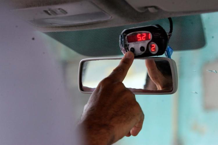 Este ano, taxistas optam por dar descontos ou usar a bandeira 1 - Foto: Mila Cordeiro   Ag. A TARDE