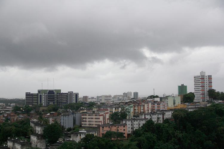 A previsão do Inmet é de que o tempo nublado e chuvoso persista até quinta-feira, 22 - Foto: Joá Souza l AG. A TARDE l 27.05.20