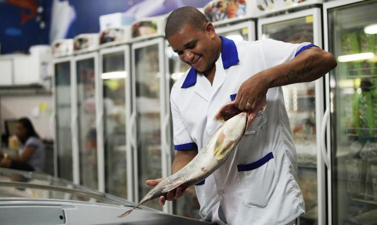 Comerciantes do segmento amargam prejuízos há uma semana, desde que surgiram notícias sobre a doença - Foto: Adilton Venegeroles | Ag. A TARDE
