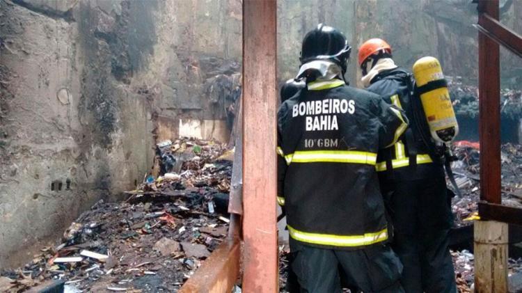 Bombeiros conseguiram controlar as chamas - Foto: Edilson Lima | Ag. A TARDE