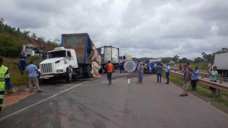 O veículo já foi removido do meio da via e permanece no acostamento - Foto: Bahia Norte | Divulgação