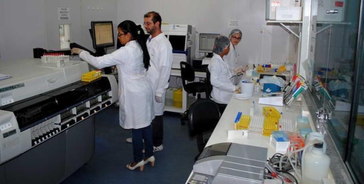 O processo de investigação reúne profissionais da Vigilância Epidemiológica, técnicos do Lacen e profissionais da Fiocruz - Foto: Divulgação