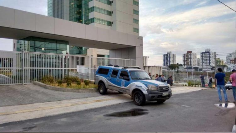 O edifício empresarial Dois de Julho foi cenário de pânico para os funcionários da Caixa Econômica - Foto: Lúcio Távora | A TARDE