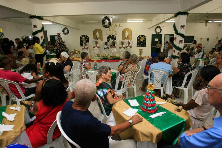 Os idosos já realizam a grande ceia natalina - Foto: Mila Cordeiro l Ag. A TARDE