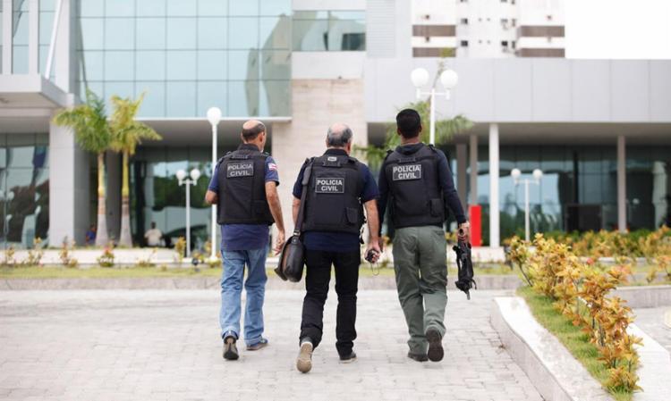Policiais acorreram ao local da tragédia e peritos colheram dados para a elaboração de um laudo técnico - Foto: Lúcio Távora | Ag. A TARDE