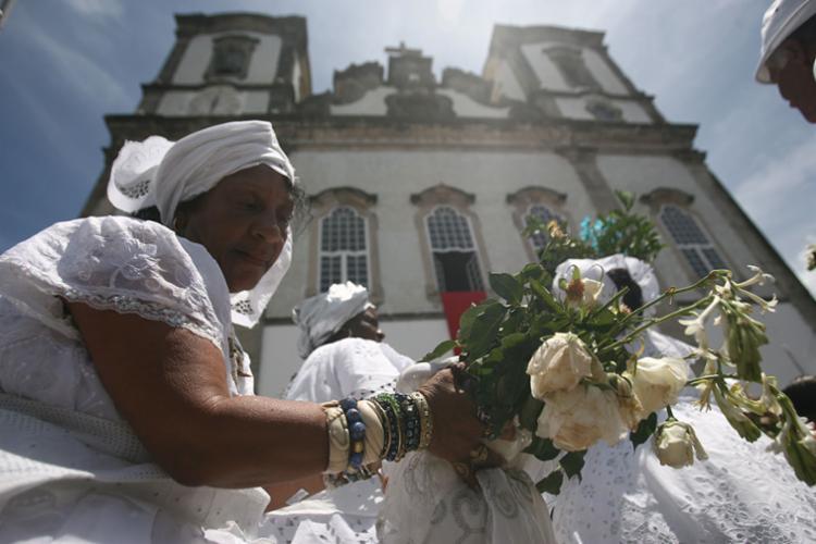 Momento da lavagem do adro da igreja - Foto: Raul Spinassé | Ag. A TARDE | 12.01.2012