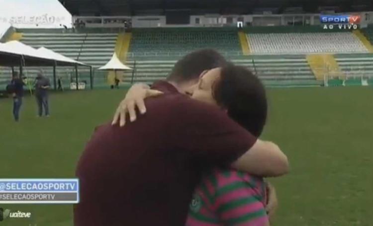 Mãe de Danilo consola jornalista durante entrevista, veja vídeo