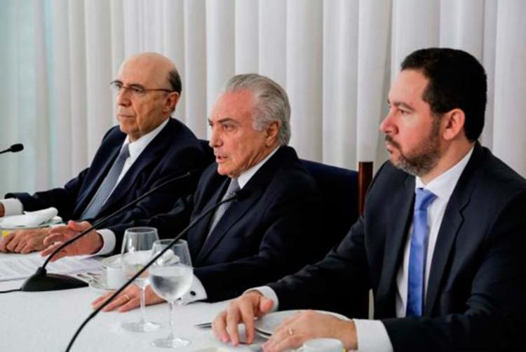 O presidente acompanhado dos ministros Henrique Meirelles, da Fazenda, e Dyogo Oliveira, do Planejamento - Foto: Marcos Corrêa   PR