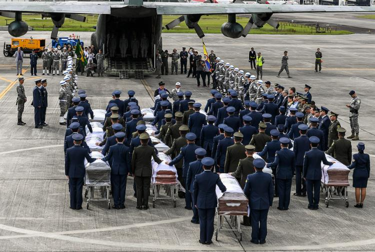 Padre colombiano abençoou os 64 mortos antes do voo para o Brasil - Foto: Luis Acosta l AFP