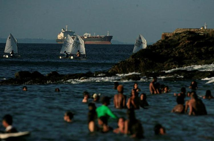 Algumas praias da Baía de Todos-os-Santos devem ser evitadas por banhistas - Foto: Lúcio Távor   Ag. A TARDE   03.12.2016