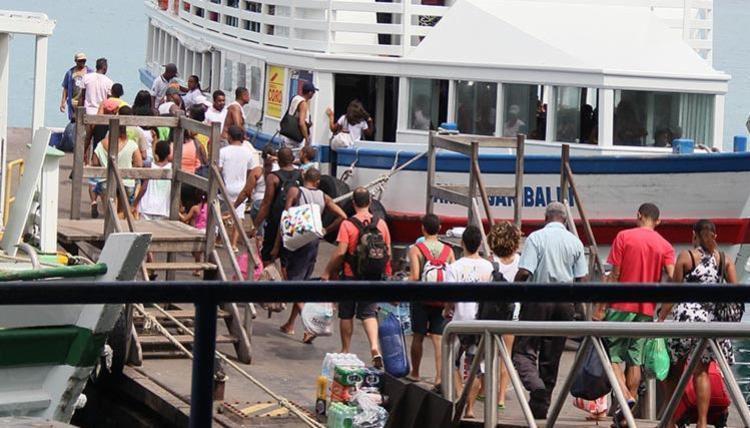 Travessia de lancha e de ferry tem movimento tranquilo até o momento - Foto: Joá Souza | Ag. A TARDE | 29.12.2013