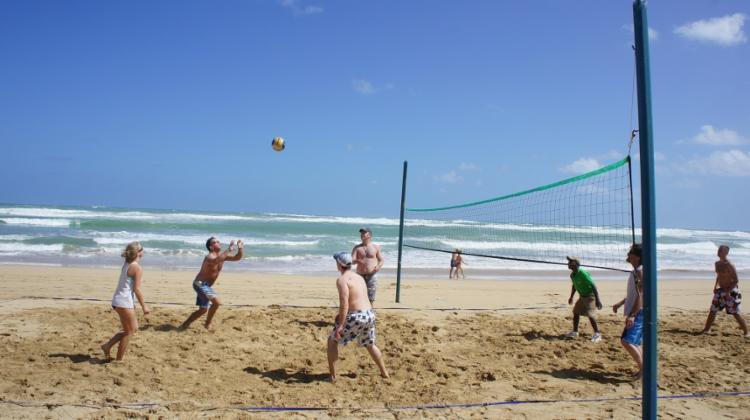 A praia tem 12 quadras fixas para a prática do esporte - Foto: Milena Albuquerque | Divulgação