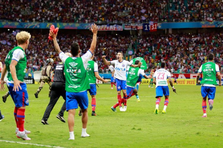 Atacante Edigar Junio (C) foi o vice-artilheiro do Tricolor em 2016, com 16 gols marcados, e se destacou na campanha do acesso - Foto: Felipe Oliveira | EC Bahia | Divulgação