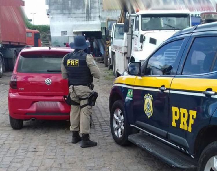 O veículo foi flagrado estacionando de forma suspeita na BR-324 - Foto: Divulgação | PRF