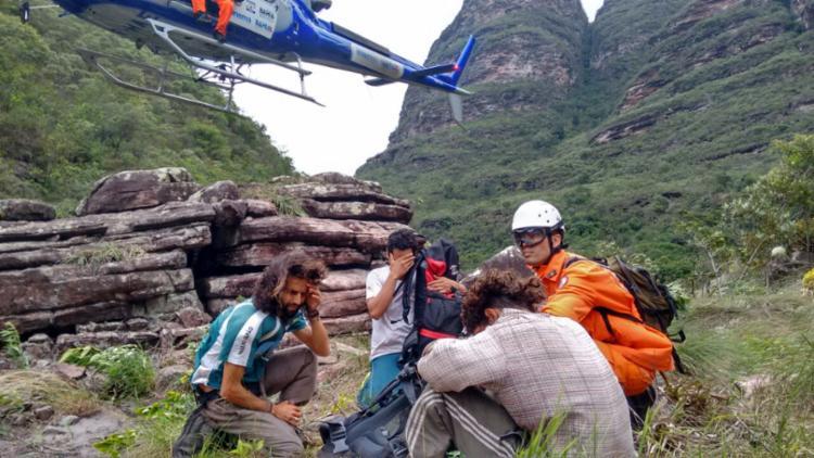 Homem foi resgatado com a ajuda de um helicóptero - Foto: Divulgação | Corpo de Bombeiros