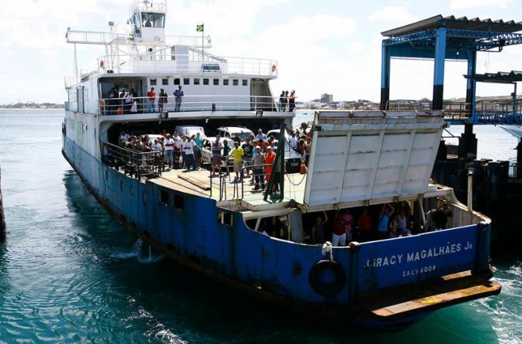 Embarcações saem com intervalos de 30 minutos no Terminal de São Joaquim - Foto: Joá Souza | Ag. A TARDE | 15.08.2014