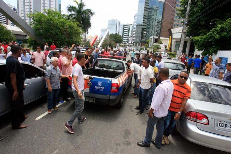 Protesto ocorreu na manhã desta quarta, 28, na avenida Magalhães Neto - Foto: Luciano da Matta   Ag. A TARDE