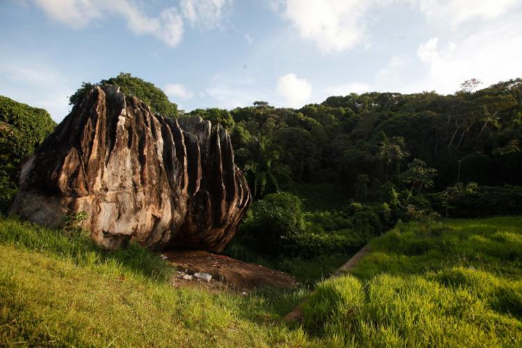 Imponência da Pedra de Xangô, local utilizado por religiões de matriz africana para a realização de rituais - Foto: Lúcio Távora   Ag. A TARDE