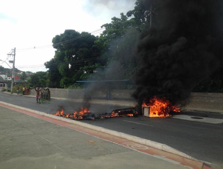 Durante manifestação, moradores atearam fogo em objetos - Foto: Monica Melo | Ag. A TARDE