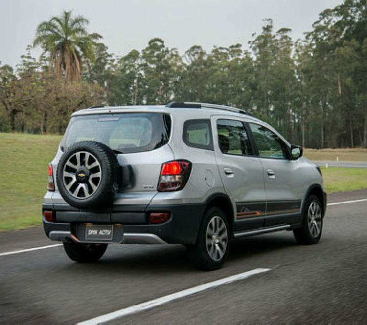 Estepe na tampa do porta-malas e apliques no visual do monovolume - Foto: Chevrolet / Divulgação