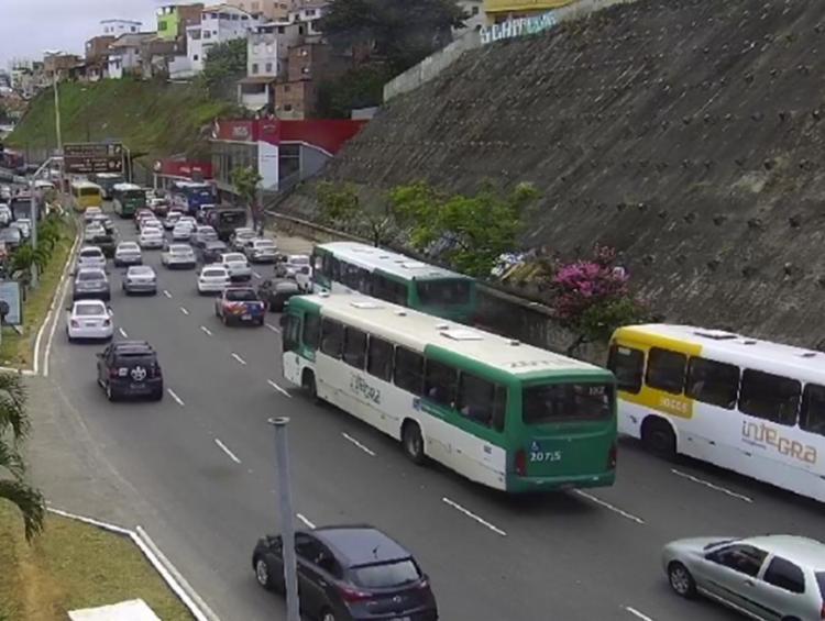 Lentidão já chega ao Viaduto Rômulo Almeida, na região do Dique do Tororó - Foto: Reprodução | Twitter | Transalvador