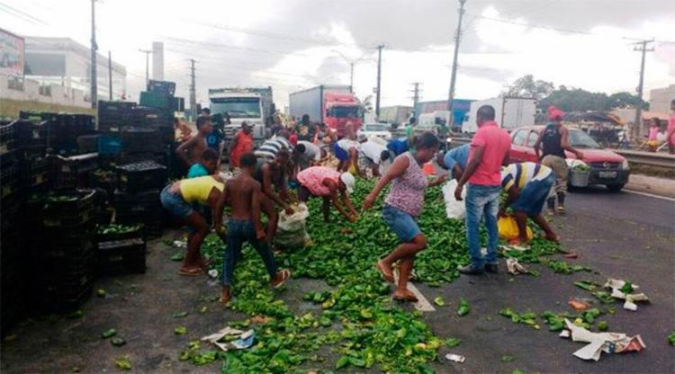 Caminhão estava com carga de verduras e frutas - Foto: Reprodução   Acorda Cidade