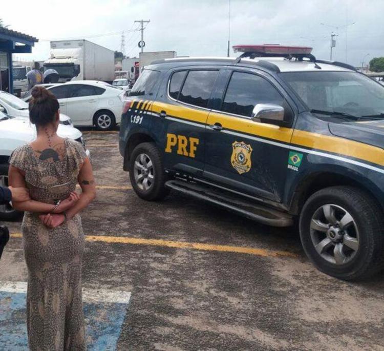 Mulher foi presa em flagrante por uso de documento falso - Foto: PRF | Divulgação