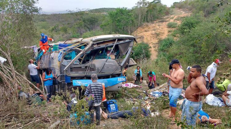 Ônibus ia de Pernambuco para São Paulo e despencou numa área de difícil acesso - Foto: Anderson Oliveira l Blog do Anderson