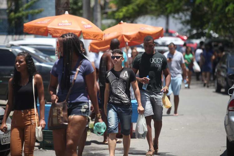 Estudantes chegando na Unime, na Paralela, para a segunda edição do Enem - Foto: Raul Spinassé   Ag. A TARDE