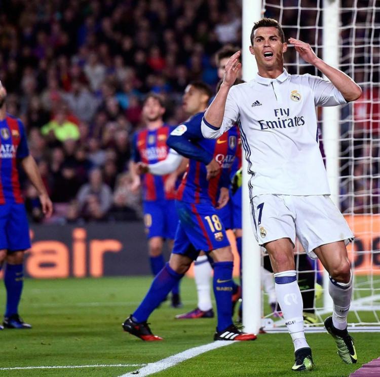 Cristiano Ronaldo puxou para a perna canhota e bateu forte - Foto: AFP