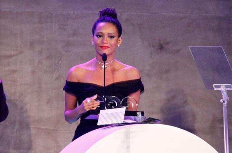 Taís durante cerimônia de entrega do prêmio - Foto: Reprodução | Instagram