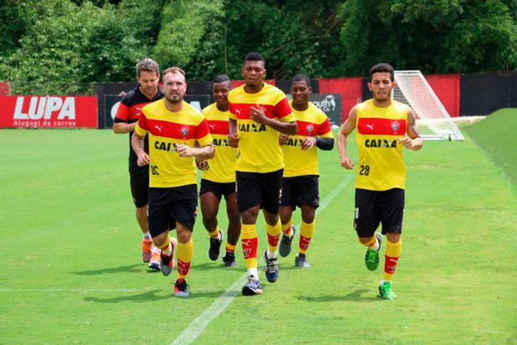 O técnico Argel acompanhou o treino de perto - Foto: Francisco Galvão | EC Vitória
