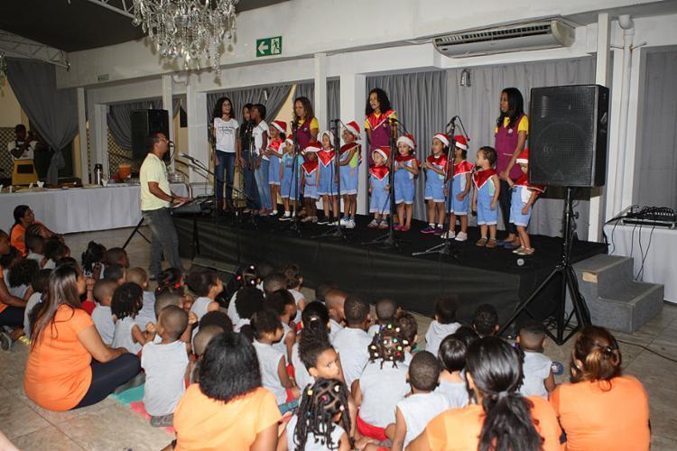 Crianças receberam brinquedos do Papai Noel - Foto: Xando Pereira   Ag. A TARDE