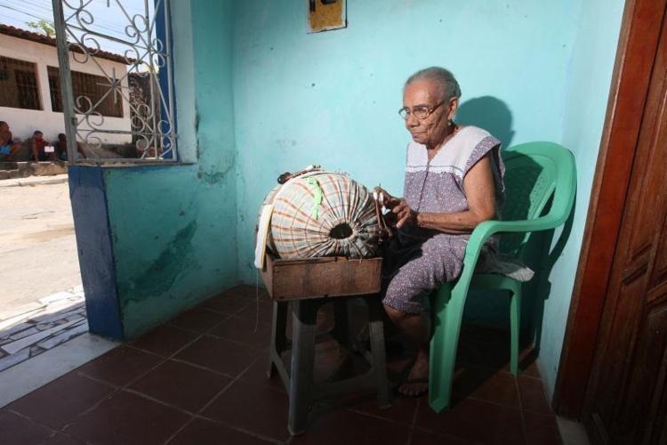 Doralina da Silva Cruz, 94, trabalha como rendeira há mais de 80 anos - Foto: Lúcio Távora | Ag. A TARDE