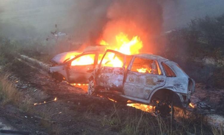 As vítimas não conseguiram sair dos veículos - Foto: Reprodução | Site Recôncavo News