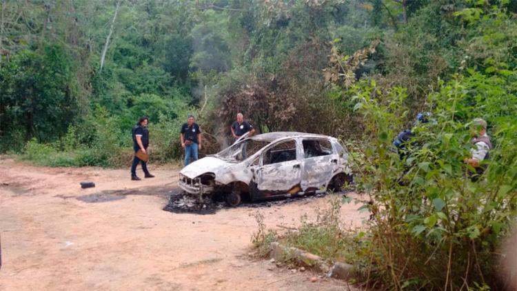Corpo da vítima foi achado carbonizado dentro de um carro - Foto: Edilson Lima   Ag. A TARDE