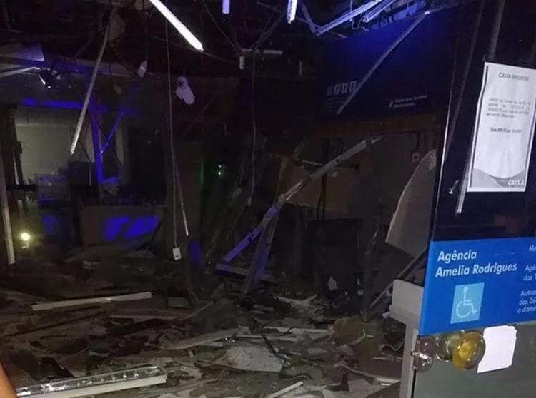 Agência da Caixa Econômica ficou destruída por conta da ação de bandidos - Foto: Reprodução   Tiago Batista   Site Amélia Notícias