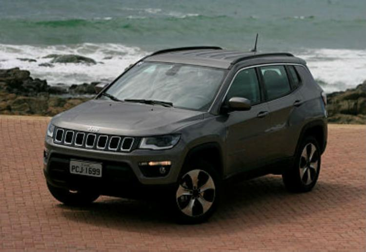 O carro tem pegada de utilitário, interior lembra o SUV menor da Jeep - Foto: Edilson Lima / Ag. A Tarde