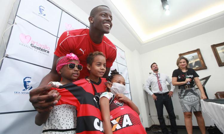Goleiro Caíque visitou crianças em tratamento nesta quarta - Foto: Raul Spinassé   Ag. A TARDE