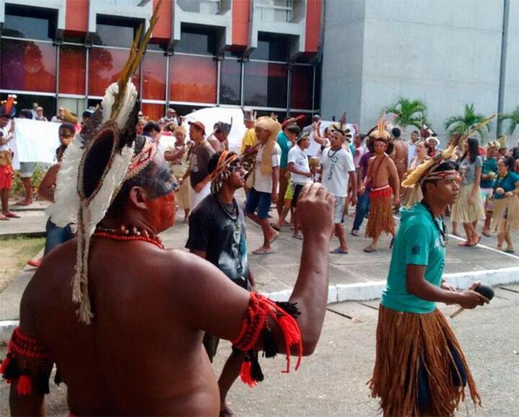 Grupo protesta em frente à Governadoria, no CAB - Foto: Xando Pereira | Ag. A TARDE