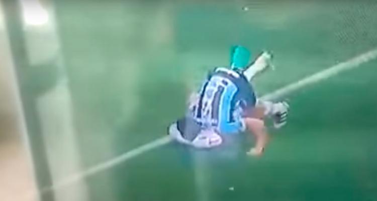 O jogador do Grêmio se soltou e tentou socar Erazo - Foto: Reprodução | YouTube