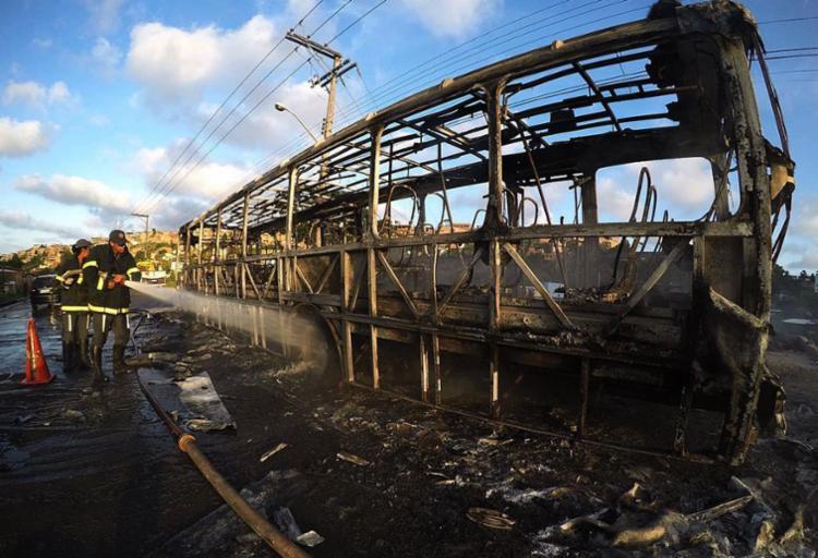 Ônibus do consórcio OTTrans fazia a linha Boca da Mata/Lapa quando o ataque - Foto: Mila Cordeiro | Ag. A TARDE