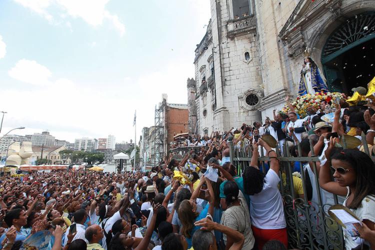 Cortejo saiu com as imagens da santa, do Menino Jesus e de São José - Foto: Adilton Venegeroles l Ag. A TARDE