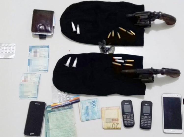 Drogas, dinheiro e celulares foram apreendidos com os suspeitos - Foto: Reprodução | PRF