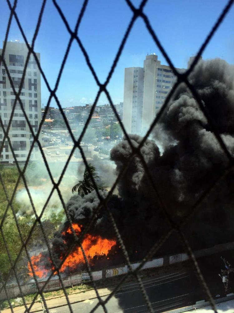 Incêndio atrapalha também o trânsito na região - Foto: Mariana Carneiro   Ag. A TARDE