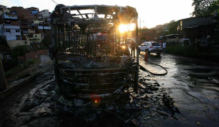 Ônibus foi incendiado e ficou completamente destruído - Foto: Mila Cordeiro | Ag. A TARDE