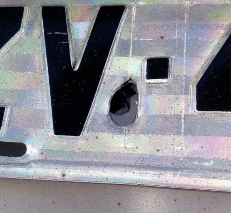 Bala atravessou placa e para-choque do veículo - Foto: Júlio César Santos | Cidadão Repórter